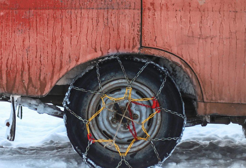Veľký sprievodca snehovými reťazami: ako ich vybrať, nasadiť a ako na nich jazdiť?