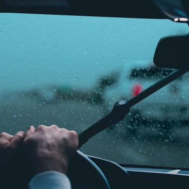 Zahmlievajú sa vám okná na aute? 5 spôsobov ako sa zahmlených skiel zbaviť